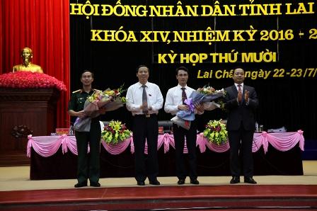 Lãnh đạo HĐND, UBND tỉnh tặng hoa chúc mừng