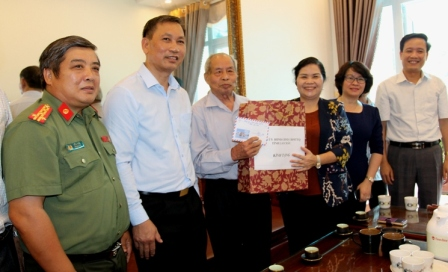 Đ/c Giàng Páo Mỷ - Bí thư Tỉnh ủy cùng đoàn lãnh đạo tỉnh, thành phố thăm và tặng quà ông Bàn Quốc Bảo là cán bộ lão thành cách mạng.