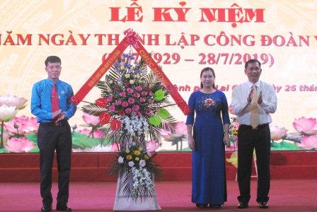 Đồng chí Vương Văn Thắng - Ủy viên Ban Thường vụ Tỉnh ủy, Bí thư Thành ủy, Chủ tịch Hội đồng Nhân dân thành phố tặng hoa chúc mừng tại Lễ kỷ niệm.