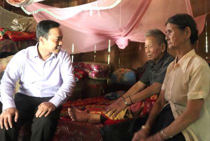 Chủ tịch UBND tỉnh Trần Tiến Dũng thăm, tặng quà thân nhân gia đình Lò Văn Nhó