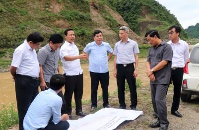 Chủ tịch Trần Tiến Dũng xem bản đồ quy hoạch và chỉ đạo tổ chức thực hiện