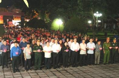 Đoàn lãnh đạo tỉnh viếng và thắp nến tri ân các anh hùng liệt sỹ