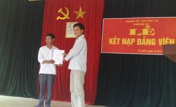 Lễ kết nạp đảng viên mới tại Chi bộ 20 - Đảng bộ xã Pắc Ta, huyện Tân Uyên