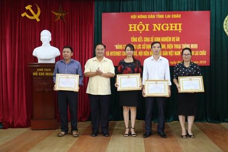 Đ/c Mùa A Trừ - Chủ tịch Hội Nông dân tỉnh trao Bằng khen cho các  tập thể có thành tích xuất sắc trong thực hiện Dự án
