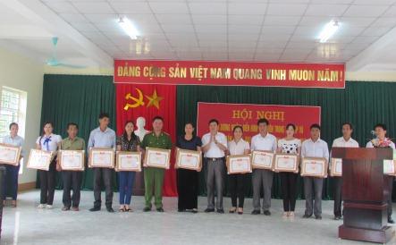 Đ/c Vàng Văn Thắng, Phó Bí thư Thường trực Huyện, tặng giấy khen cho các cá nhân điển hình tiên tiến trong học tập và làm theo Bác năm 2018