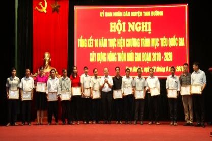 Đồng chí Từ Hữu Hà – Chủ tịch UBND huyện Tam Đường tặng giấy khen cho tập thể, cá nhân tiêu biểu trong phong trào thi đua xây dựng NTM