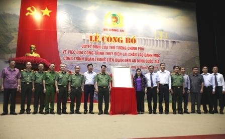 Các đồng chí lãnh đạo Bộ Công an, Công thương, Tài chính, Quốc phòng, Tập đoàn Điện lực Việt Nam và tỉnh Lai Châu tại Lễ công bố