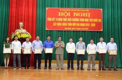 Đồng chí Hoàng Văn Hiêng – Chủ tịch UBND huyện Than Uyên trao giấy khen cho các cá nhân có thành tích xuất sắc trong thực hiện Chương trình xây dựng NTM giai đoạn 2010-2020.