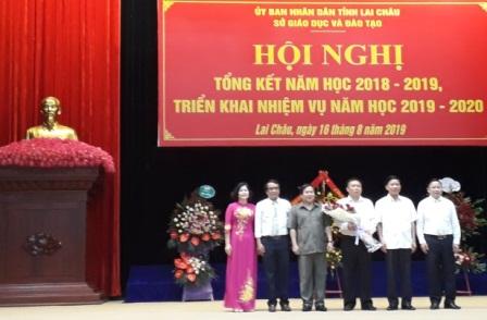 Các đồng chí lãnh đạo tỉnh và lãnh đạo Sở GD-ĐT tặng hoa chúc mừng NGƯT Hoàng Đức Minh
