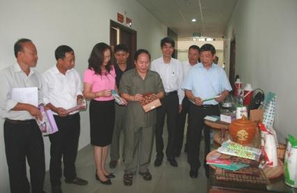 Đồng chí Tống Thanh Hải - Ủy viên Ban Thường vụ Tỉnh ủy, Phó chủ tịch Thường trực UBND tỉnh cùng các đại biểu dự Hội nghị tham quan khu trưng bày các sản phẩm thân thiện với môi trường