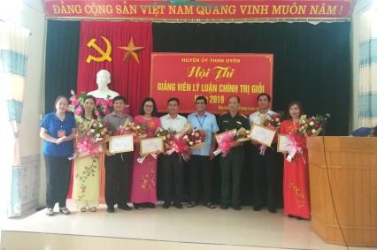 Các đồng chí lãnh đạo Huyện ủy, UBND huyện Than Uyên trao giải cho các thí sinh