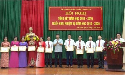 Lãnh đạo huyện Than Uyên tặng giấy khen cho các tập thể và cá nhân có thành tích xuất sắc