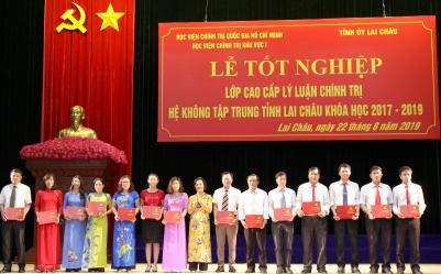 PGS. TS Lê Thị Thục - Phó Giám đốc Học viện Khu vực I trao Bằng tốt nghiệp cho học viên