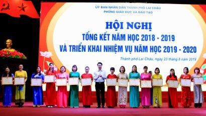 Đồng chí Hoàng Quốc Khánh - Phó Bí thư Thường trực Thành ủy thành phố Lai Châu trao Bằng khen cho các cá nhân