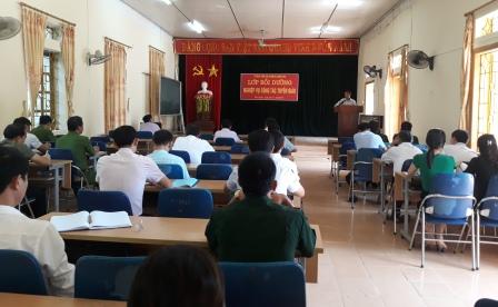 Đồng chí Đặng Thanh Sơn -  Phó trưởng  ban Thường trực Ban Tuyên giáo Tỉnh ủy tham gia báo cáo các chuyên đề tại lớp bồi dưỡng