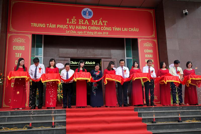 Các đồng chí lãnh đạo tỉnh cắt băng khánh thành Trung tâm phục vụ hành chính công tỉnh Lai Châu