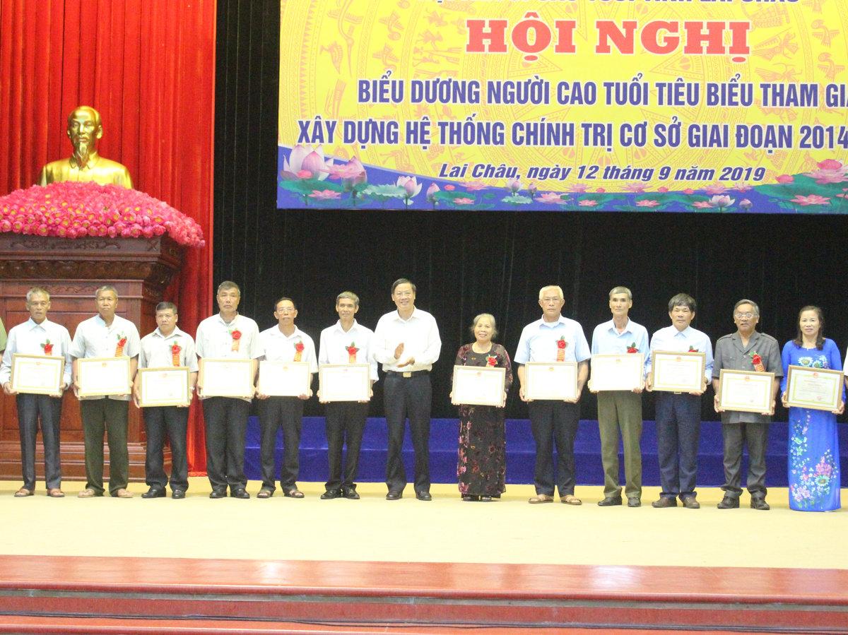 Đ/c Vũ Văn Hoàn - Phó Bí thư Thường trực Tỉnh ủy, Chủ tịch HĐND tỉnh tặng bằng khen cho các cá nhân