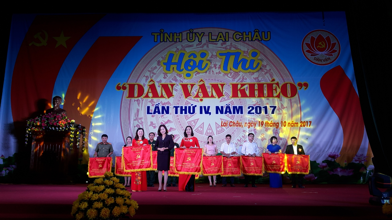 Lãnh đạo Ban dân vận Tỉnh ủy trao thưởng cho các đơn vị đạt giải tại hội thi