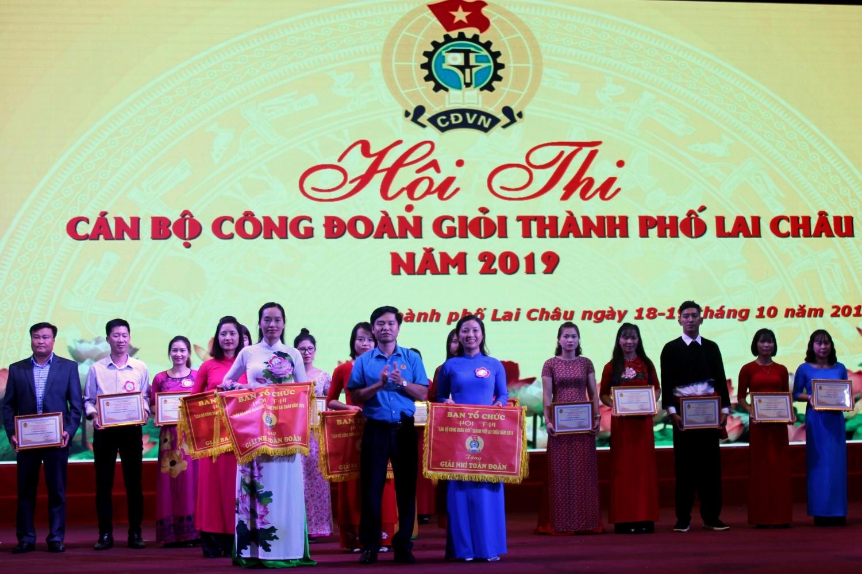 Đại diện Liên đoàn Lao động tỉnh trao giải nhì toàn đoàn cho đội đoạt giải