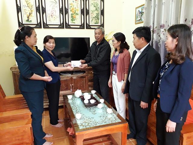 Đ/c Vàng Thị Chính - UVBTVThU, Phó Chủ tịch UBND thành phố trao tiền hỗ trợ sửa nhà cho ông Bùi Văn Bé, Tổ 5, phường Quyết Tiến