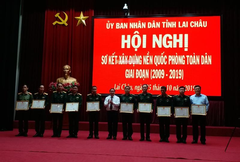 Đ/c Tống Thanh Hải - UVBTVTU, Phó Chủ tịch thường trực UBND tỉnh tặng Bằng khen cho các tập thể có thành tích xuất sắc trong xây dựng nền QPTD của tỉnh giai đoạn 2009 - 2019