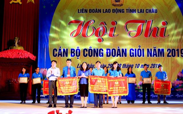 Đ/c Nguyễn Thị Thiện - TUV, Chủ tịch LĐLĐ tỉnh trao giải nhất, nhì cho các đội tham gia hội thi