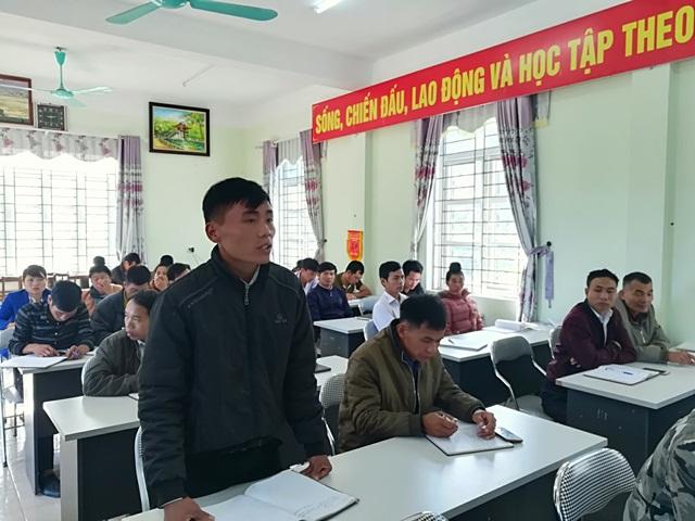 Cử tri bản Pa Chít Tấu, xã Tà Hừa phát biểu tại buổi tiếp xúc