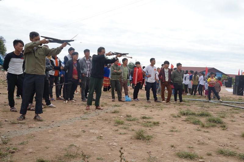 Thi bắn nỏ tại ngày hội đại đoàn kết toàn dân tộc xã Phìn Hồ
