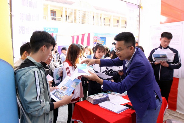 Các doanh nghiệp, công ty tư vấn việc làm cho học sinh, sinh viên trong ngày hội việc làm tỉnh Lai Châu lần thứ nhất năm 2019