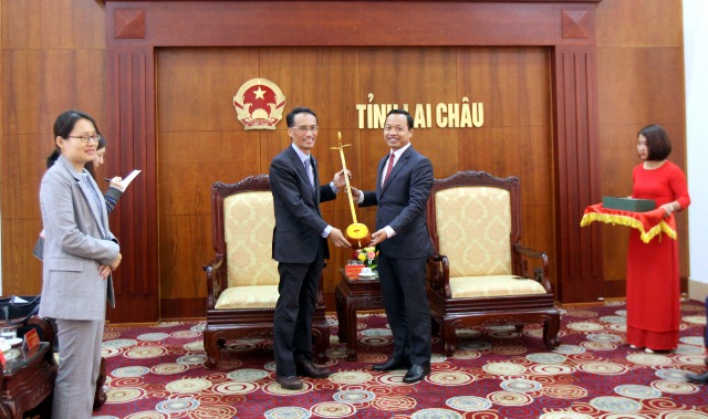 Đ/c Trần Tiến Dũng - Phó Bí thư Tỉnh ủy, Chủ tịch UBND tỉnh tặng cây đàn tính cho Ngài Phó Đại sứ quán Hàn Quốc tại Việt Nam