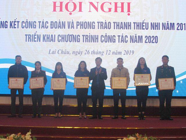 Đ/c Phạm Ngọc Đang - Phó Bí thư Tỉnh đoàn trao bằng khen cho các tập thể có thành tích xuất sắc trong tham gia xây dựng nông thôn mới giai đoạn 2013 - 2020