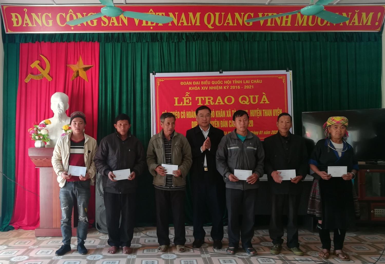 Đ/c Tống Thanh Bình - TUV, Phó trưởng Đoàn đại biểu Quốc hội tỉnh trao quà cho hộ nghèo xã Tà Mung