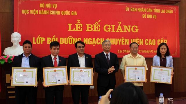 Đ/c Vũ Thanh Xuân - Phó Giám đốc Học viện Hành chính Quốc gia trao phần thưởng cho các học viên đạt kết quả cao trong học tập
