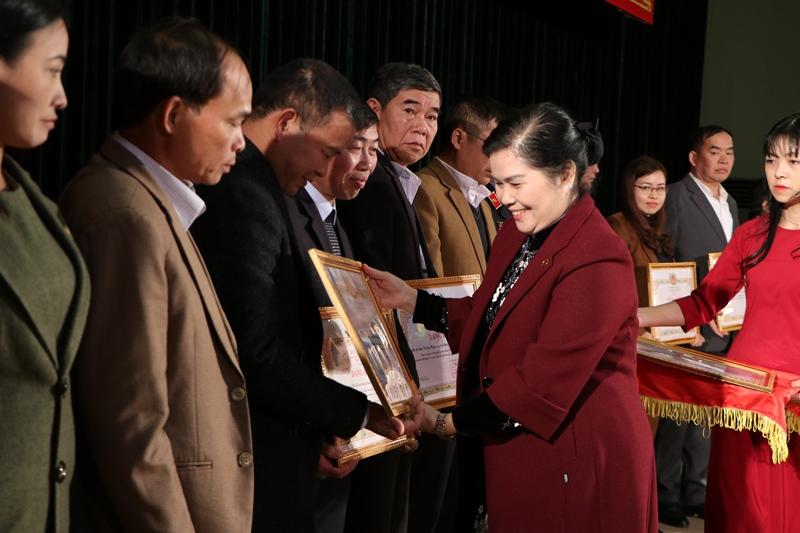 Đ/c Giàng Páo Mỷ - UVBCHTW Đảng, Bí thư Tỉnh ủy, Trưởng Đoàn đại biểu Quốc hội tỉnh tặng bằng khen cho các tập thể