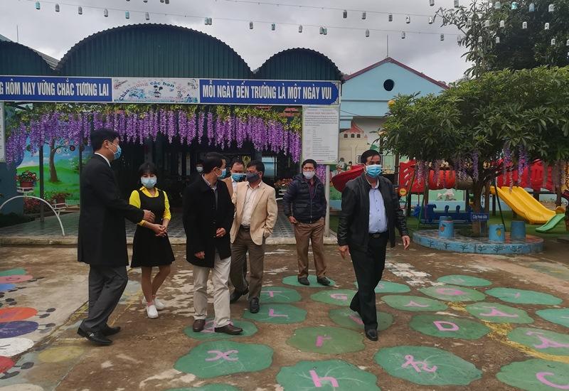 Đoàn công tác Ban Chỉ đạo huyện kiểm tra thực tế tại trường học trên địa bàn xã Mường Mít