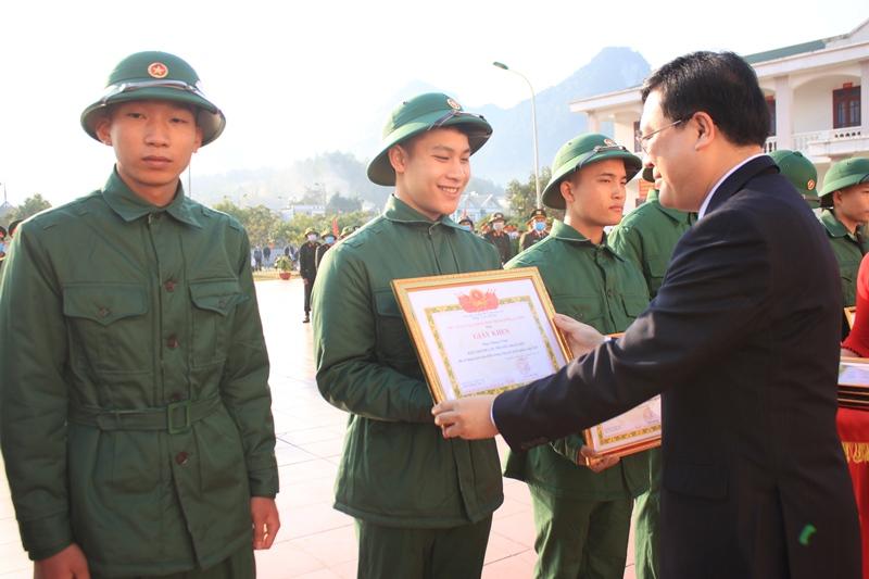 Đ/c Lương Chiến Công - Phó Bí thư, Chủ tịch UBND thành phố Lai Châu tặng giấy khen cho các thanh niên tình nguyện nhập ngũ