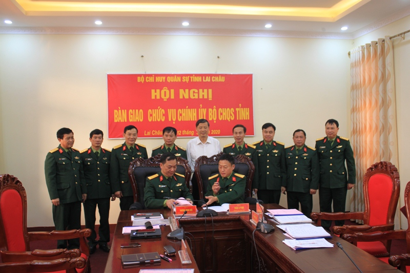 Đại diện lãnh đạo tỉnh và Quân khu 2 chứng kiến ký biên bản bàn giao chức danh Chính ủy Bộ CHQS tỉnh