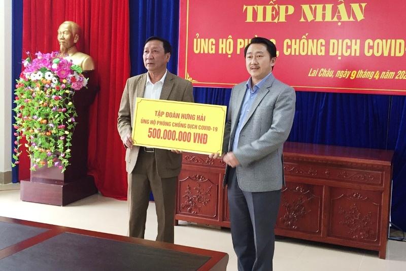 Đại diện Tập đoàn Hưng Hải trao số tiền cho lãnh đạo Ủy ban MTTQ Việt Nam
