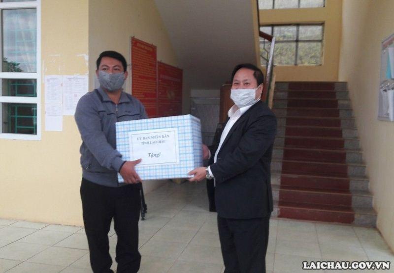 Đ/c Tống Thanh Hải - UVBTVTU, Phó Chủ tịch Thường trực UBND tỉnh tặng quà động viên nhân dân xã Mù Cả, huyện Mường Tè