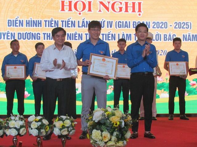 Đ/c Trần Đức Vương - UV BTV, Trưởng ban Tuyên giáo Tỉnh ủy cùng lãnh đạo Tỉnh đoàn tặng Bằng khen cho các điển hình tiên tiến