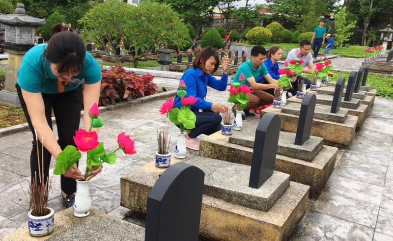 Lãnh đạo, cán bộ, công nhân viên Viettel Lai Châu thay thế hoa tại các phần mộ tại Nghĩa trang Liệt sỹ tỉnh
