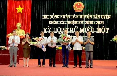Lãnh đạo HĐND tỉnh, Ban Tổ chức Tỉnh ủy, huyện Tân Uyên chúc mừng các đồng chí trúng cử chức danh Chủ tịch và Phó Chủ tịch UBND huyện.