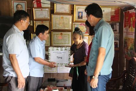 Đc Trần Đức Vương trao quà cho gia đình chính sách