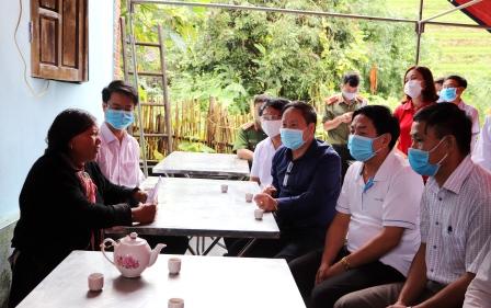 Đồng chí Tống Thanh Hải - Phó Chủ tịch Thường trực UBND tỉnh cùng Đoàn công tác của tỉnh và lãnh đạo huyện Tam Đường thăm hỏi, động viên gia đình có người bị thiệt hại do mưa lũ.