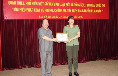 Đồng chí Tống Thanh Hải - Phó Chủ tịch Thường trực UBND tỉnh, Chủ tịch Hội đồng phối hợp phổ biến giáo dục pháp luật tỉnh trao giải Nhất cho cá nhân