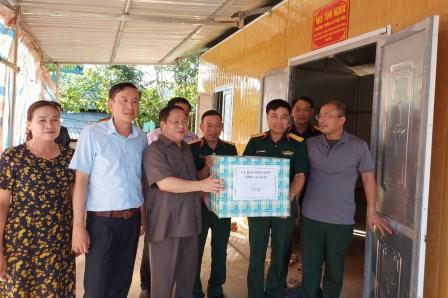 Đ/c Tống Thanh Hải - Phó Chủ tịch Thường trực UBND tỉnh, Trưởng Ban Chỉ đạo 245 tỉnh cùng đoàn công tác tặng quà tại thị trấn Mường Tè