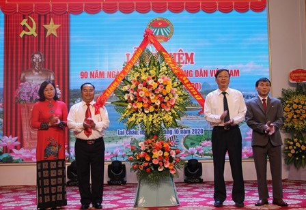 Đồng chí Vũ Văn Hoàn - Phó Bí thư Thường trực Tỉnh ủy, Chủ tịch HĐND tỉnh tặng hoa chúc mừng Hội Nông dân tỉnh