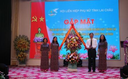 Đồng chí Vũ Văn Hoàn - Phó Bí thư Thường trực Tỉnh ủy, Chủ tịch HĐND tỉnh tặng hoa chúc mừng Hội Liên hiệp phụ nữ tỉnh.
