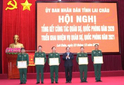 Đ/c Tống Thanh Hải - Phó Chủ tịch Thường trực UBND tỉnh tặng Bằng khen của UBND tỉnh cho các tập thể có thành tích xuất sắc
