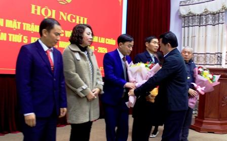 Đồng chí Sùng A Hồ - Ủy viên Ban Thường vụ Tỉnh ủy, Chủ tịch Ủy ban MTTQ Việt Nam tỉnh tặng hoa chúc mừng các ủy viên ủy ban MTTQ Việt Nam tỉnh vừa được bầu bổ sung.